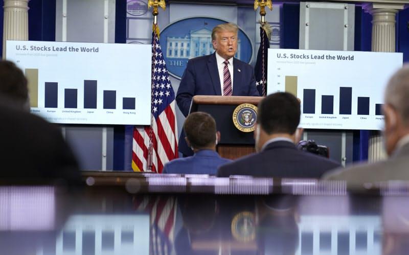 記者会見で株高を誇るトランプ米大統領=AP