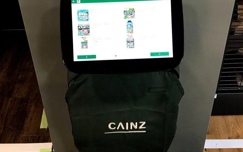 タッチパネルで商品を検索すると、ロボットが陳列棚まで案内する(出所:カインズ)