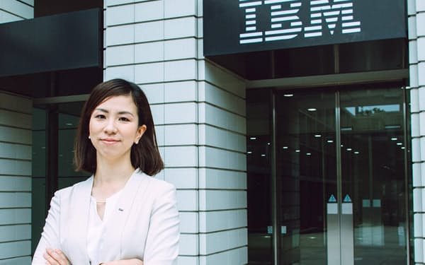 日本IBM デジタルサービス社長の井上裕美氏。2003年日本IBMに入社。19年、ガバメント・デリバリー・リーダー、20年日本IBMグローバル・ビジネス・サービシーズのガバメント・インダストリー理事に就任。20年7月より現職。保育園児と小学生の2人の娘の母でもある