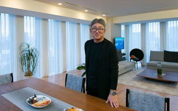 ケイアンドカンパニー代表取締役の高岡浩三氏。1983年、ネスレ日本入社。各種ブランドマネジャーなどを経てネスレコンフェクショナリーのマーケティング本部長として「キットカット」受験キャンペーンを成功させる。2005年、ネスレコンフェクショナリー代表取締役社長。10年11月ネスレ日本代表取締役社長兼最高経営責任者(CEO)に就任。「ネスカフェアンバサダー」などネスカフェの新しいビジネスモデルを構築し、14年に日本マーケティング大賞。20年3月に退社して独立