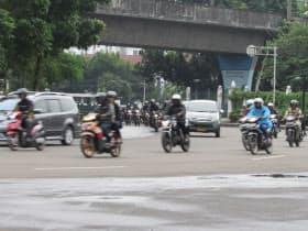 ジャカルタの道路は車とバイクであふれ、ランニングをするには危険