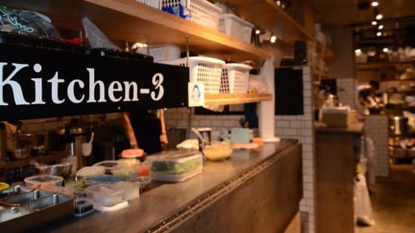 シェア型ゴーストレストランの「KitchenBASE 中目黒」は4つの厨房に、複数の外食店が同居している