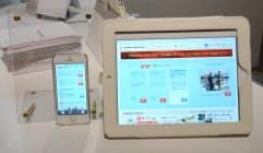 乗客はスマホやタブレットを機内で使い、ネット接続や動画、観光情報の閲覧が可能になる(1月30日、東京・港)=日本航空提供