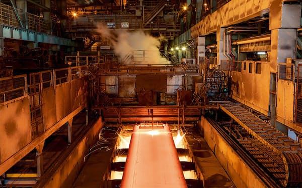 JFEスチール西日本製鉄所(広島県福山市)の製鋼工程(写真提供:JFEスチール)