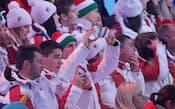 配布されたギャラクシー・ノート3を使って開会式中に撮影するハンガリー選手団