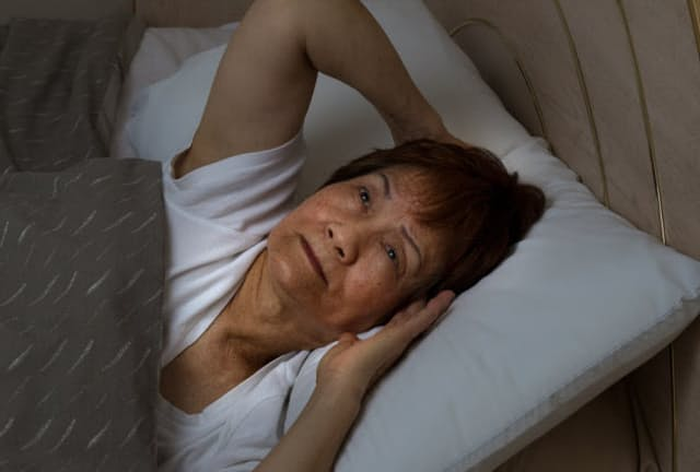 歳をとると、睡眠の途中で目が覚めてしまう「中途覚醒」などが増えてきます。(c)Tom Baker-123RF
