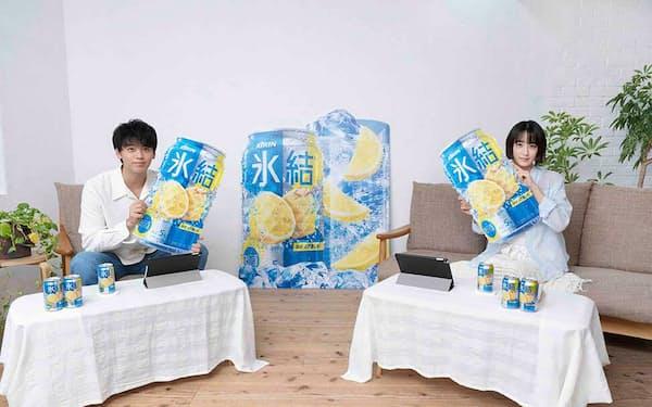 キリンビール「氷結」の新CMキャラクターに起用された山本美月(写真右)と竹内涼真(同左)