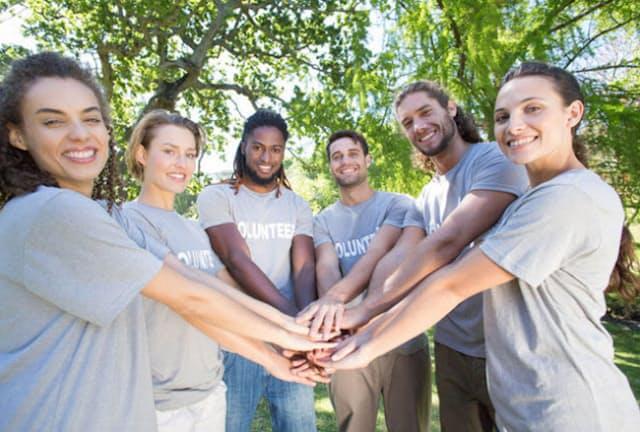 週に2時間程度のボランティア活動をする人は、死亡リスクが低く、心の健康状態も良いことが分かりました。(C)Wavebreak Media Ltd-123RF