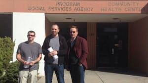 フェイスブックとの契約を署名した直後に。左から共同創業者のアクトン氏、クーム氏、セコイア・キャピタルのゲッツ氏(写真提供=クーム氏)