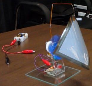 図 新原理二次電池「battenice」の試作品によるデモの様子。100mm角、厚さ11μmのシート状のもの