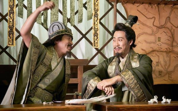 大泉洋(右)の劉備とムロツヨシの孔明(c)2020映画『新解釈・三國志』製作委員会
