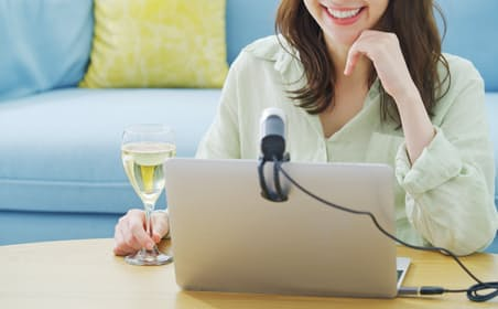 オンライン飲み会は工夫次第で盛り上がる。写真はイメージ