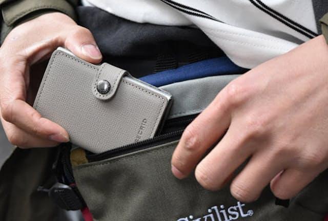 かさばらないミニ財布。取り出したり、しまったりもスムーズ