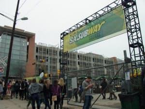 SXSWの会場で、大規模な販促活動を展開した米サンドイッチチェーン「サブウェイ」。大手企業の参入は、イベント参加費や近隣のホテル料の高騰につながっている