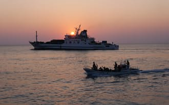 17日には5人の若者が沖縄本島に船で旅立った。別れを惜しむ若者が海に飛び込み、小さな船に助けられた後も手を振っていた