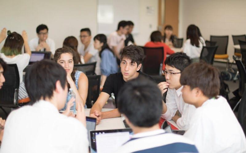 コロナ流行後は日本の自宅でオンライン授業を受けた高野さん(写真右手の眼鏡の男性。18年の短期留学時)=高野さん提供