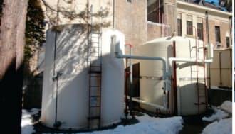 日帰り入浴施設の片倉館(右)。タンクに蓄えた温泉水の熱を暖房に利用する考えだ(左)