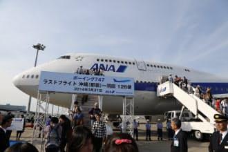 ボーイング747型機の最終便から降りる乗客(31日午後、羽田空港)