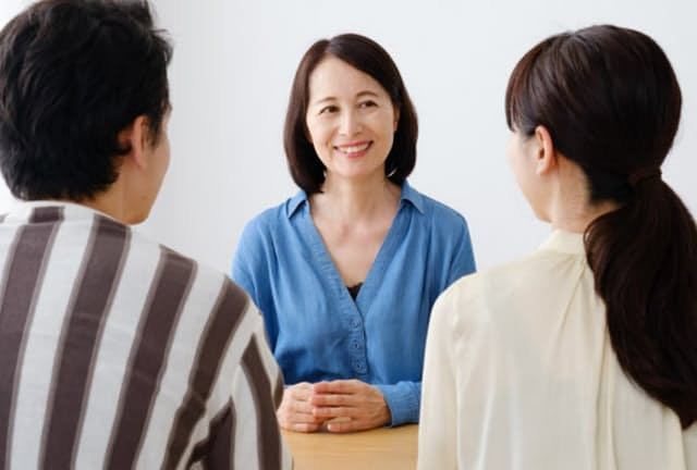 大人同士の家族対話は先々のリスク回避に役立つ(写真はイメージ) =PIXTA
