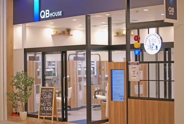 「QBハウス」店頭の3色シグナルは混み具合を示している
