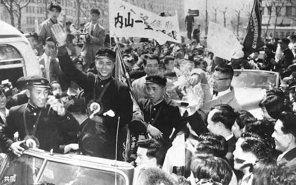 1957年の選抜大会で全国制覇を果たしパレード=共同