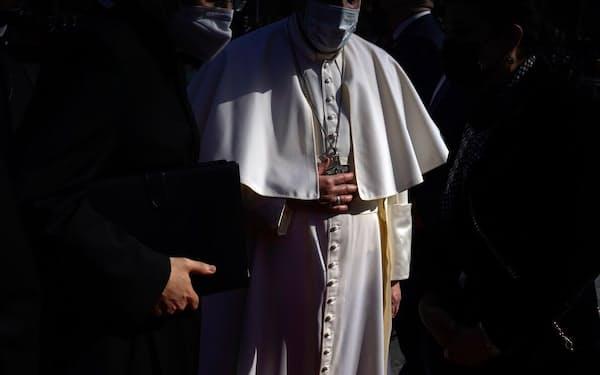 2021年3月5日、イラクに到着した直後、首都バグダッドの大統領府で歓迎を受けるローマ教皇フランシスコ。現職の教皇がイラクを訪問したのは今回が初めてだ(PHOTOGRAPH BY MOISES SAMAN)