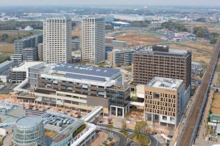 2014年4月に部分開業した柏の葉スマートシティのゲートスクエアの全景。太陽光発電パネルが載る左の建物に「KOIL」が入る。その右が東京大学フューチャーセンター(写真:三井不動産)