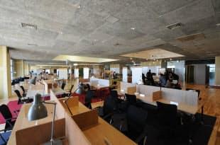 KOILパークの内観。コワーキングスペースの座席は170で国内最大級だ(写真:日経アーキテクチュア、以下同)