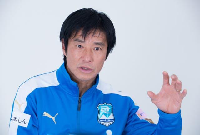 2020年、アスルクラロ沼津に所属していたときに取材に応じる中山雅史さん。21年1月には古巣であるジュビロ磐田にコーチとして迎えられた