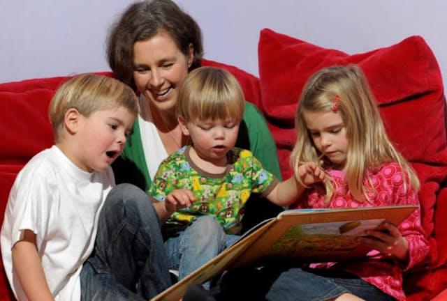 ティーナさんと3人のお子さんたち。3人の子育ての経験はペアレント・スマート構想の土台になった