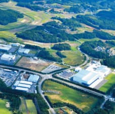 雪印メグミルク(右)は首都圏の生産拠点を茨城に集約。チーズなどの主力拠点に