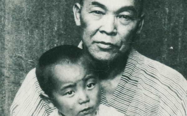 祖父・小泉辰之助と(3歳ごろ)