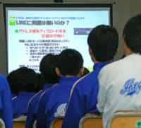 スマホを使ったSNSの安全利用についての講義を受ける生徒(3月、神奈川県横須賀市の中学校)