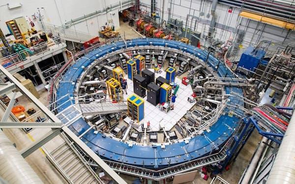 米フェルミ国立加速器研究所の検出器ホールにあるミューオンg-2実験の貯蔵リングは、数々の電子機器に囲まれている。実験はセ氏マイナス269度という低温で行われ、磁場の中を進むミューオンの歳差運動(首振り運動)を調べている(PHOTOGRAPH BY REIDAR HAHN, FERMILAB)