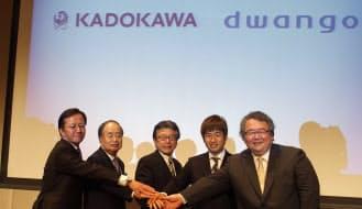 10月に誕生する持ち株会社KADOKAWA・DWANGOではKADOKAWAの佐藤辰男相談役(中央)が社長に就く。ドワンゴの川上量生会長(右から2番目)が会長に、KADOKAWAの角川歴彦会長(左から2番目)が相談役となる