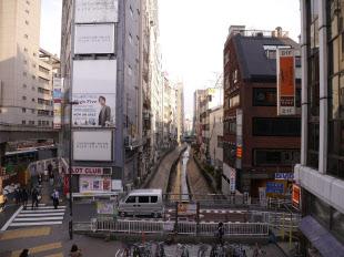 護岸がコンクリートの3面張りとなった現在の渋谷川を北側から見る。写真の主に右側が渋谷駅南街区プロジェクトの対象エリア。左端は明治通り(写真:山崎 一邦)