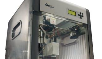図1 6万9800円(税込)と、家庭向けを意識した価格の3Dプリンター。樹脂を熱で溶かしてノズルから抽出し、1層ずつ積み上げる「熱溶解樹脂積層法」を採用する。幅200×奥行き200×高さ200mmまでの立体を印刷可能だ。サイズは幅468×奥行き558×高さ510mmで、一般的なインクジェット複合機よりは大きい。重さは23.5kg