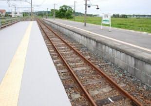 2013年6月にJR広野駅のホームから見た竜田駅方面へ延びる軌道。この時点ではレールの表面がさびているように見えた(写真:日経コンストラクション)
