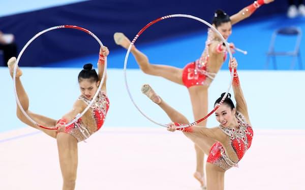 新体操のテストイベントでフープ・クラブの演技をする団体日本代表「フェアリージャパン」(8日)
