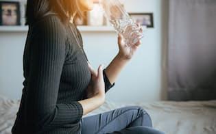 胃もたれや胸やけなどの症状がつらい場合、逆流性食道炎の治療のために投薬が必要になる(写真はイメージ=123RF)