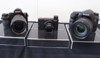 今回発売する新製品。左からミラーレス型「α7S」、高級コンパクト型「RX100III」、一眼型「α77II」