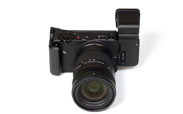 シグマのフルサイズミラーレス一眼カメラの新機種「SIGMA fp L」。写真は外付けの電子ビューファインダー「EVF-11」を装着したところ。公式オンラインストアの販売価格は27万5000円(税込み、ボディーのみ)