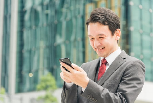 デジタル給与が導入されれば利便性向上だけでけなく、日本全体の生産性が高まるといわれるが、課題もなお残る。写真はイメージ