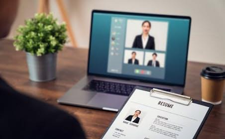 ウェブ面接のみで内定を得ても入社決定の際には対面での情報を重視する学生が多い。写真はイメージ