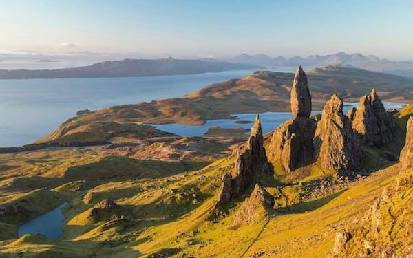 古代の地滑りによって生み出された、スカイ島トロッターニッシュ半島のオールド・マン・オブ・ストー。スコットランドの伝説では、このドラマチックな岩の造形は死んだ巨人の名残だと言われている(PHOTOGRAPH BY PETER ADAMS, AVALON/UNIVERSAL IMAGES GROUP/GETTY IMAGES)