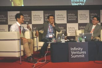 ECの将来を議論するヤフーの小沢隆生執行役員(中)とLINEの舛田淳上級執行役員(右)ら