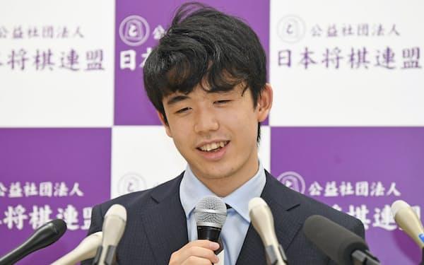 藤井二冠のタイトル初防衛戦が6月から始まる(2020年、タイトル挑戦を決めた時の藤井二冠 代表撮影)