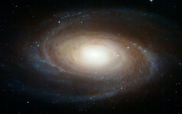 夜空で最も明るい銀河の一つであるM81星雲。M81星雲の近くにあり、地球から1170万光年の距離にある球状星団からの高速電波バーストが検出されたことは、天文学者たちを驚かせた(IMAGE BY ASA, ESA AND THE HUBBLE HERITAGE TEAM(STSCI/AURA))