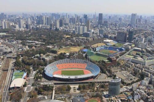 西側の上空から見た現在の国立競技場。現在のJSC本部と日本青年館は競技場に隣接している(写真:日本スポーツ振興センター)
