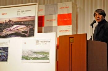 2012年11月、審査結果を講評する安藤忠雄氏。国際デザイン・コンクールで審査委員長を務めた(写真:日経アーキテクチュア)